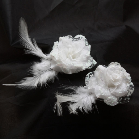 White Flowers With Feather Head Clips